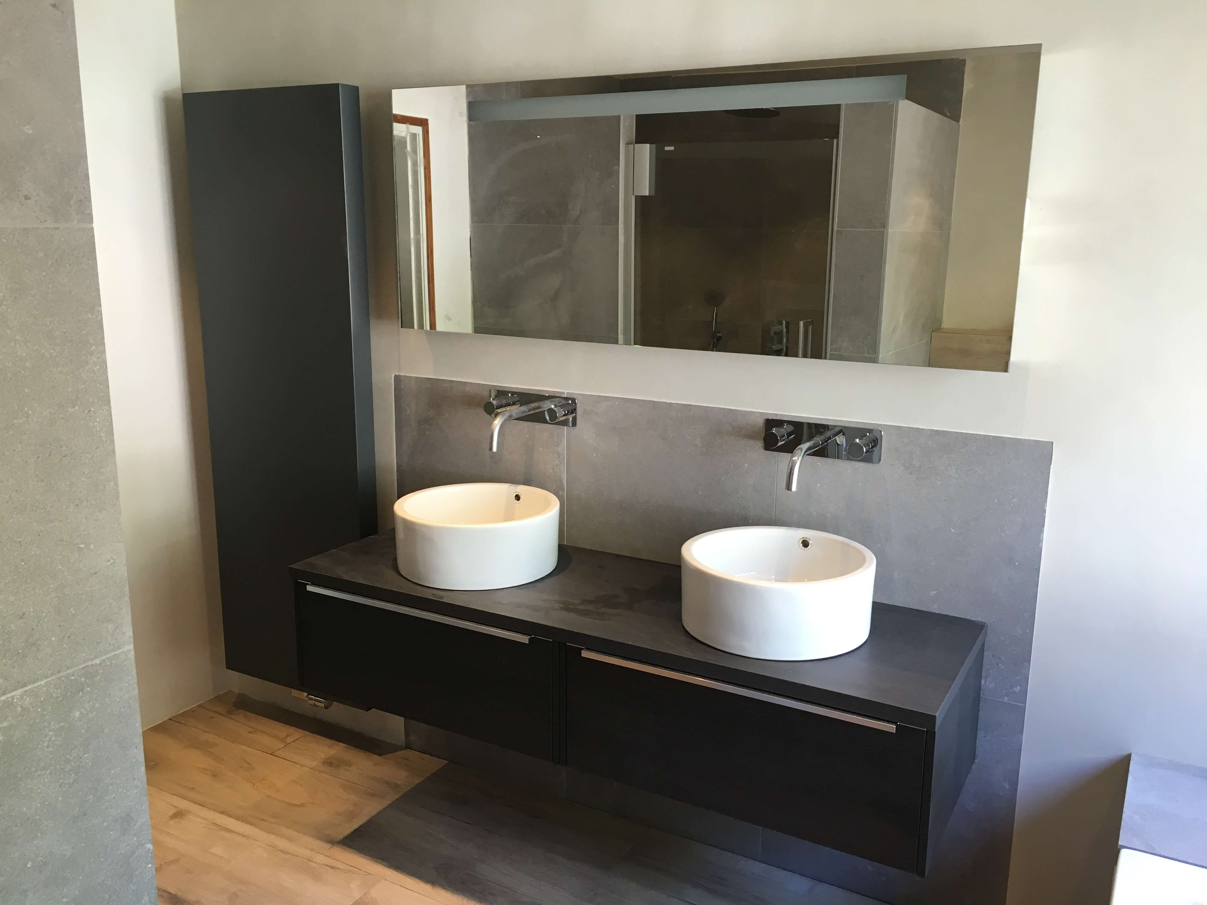 Badkamer met stucwerk lodewijks installaties for Installatie badkamer